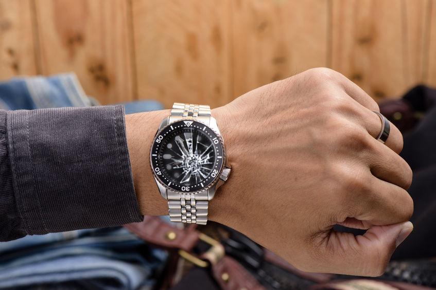 67408740_web-montre-au-poignet-verre-casse.jpg#asset:9773